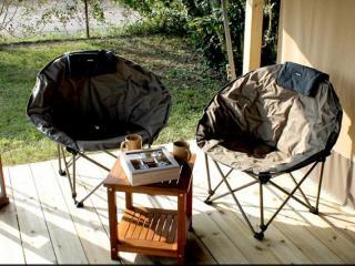 Terrasse extérieure et abritée dans le camping